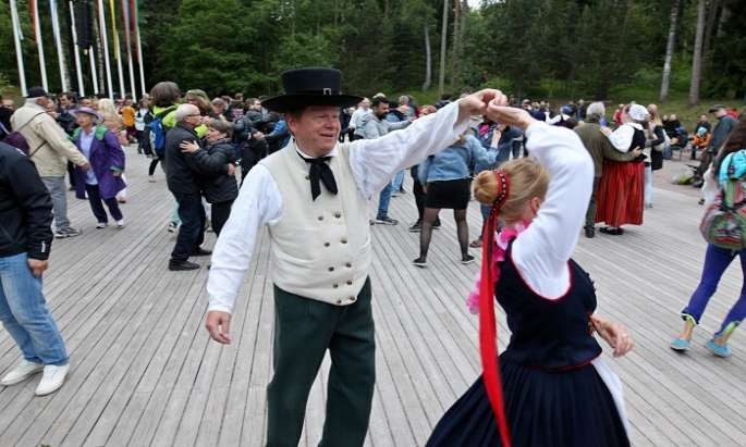 Collective dance in 7,000 locations on Midsummer